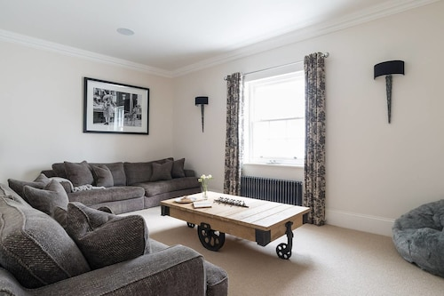 Stylish 5BR House in Hampton Court