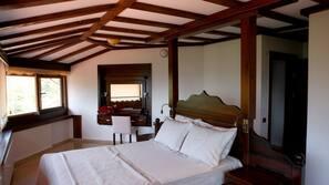 7 dormitorios, caja fuerte, escritorio y tabla de planchar con plancha