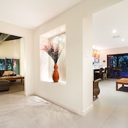 The Bali Hut on the Waters of the Central Gold Coast Apartment 5