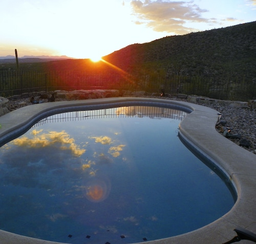 Awesome Sunsets by the Heated Pool, Putting Green, hot tub & Tucson Night Lights