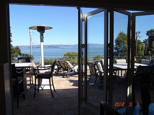 Luxury 3b/3b Tiburon W/jacuzzi, fab bay Views/glass Folding Doors 3 kg, 1 qn bed