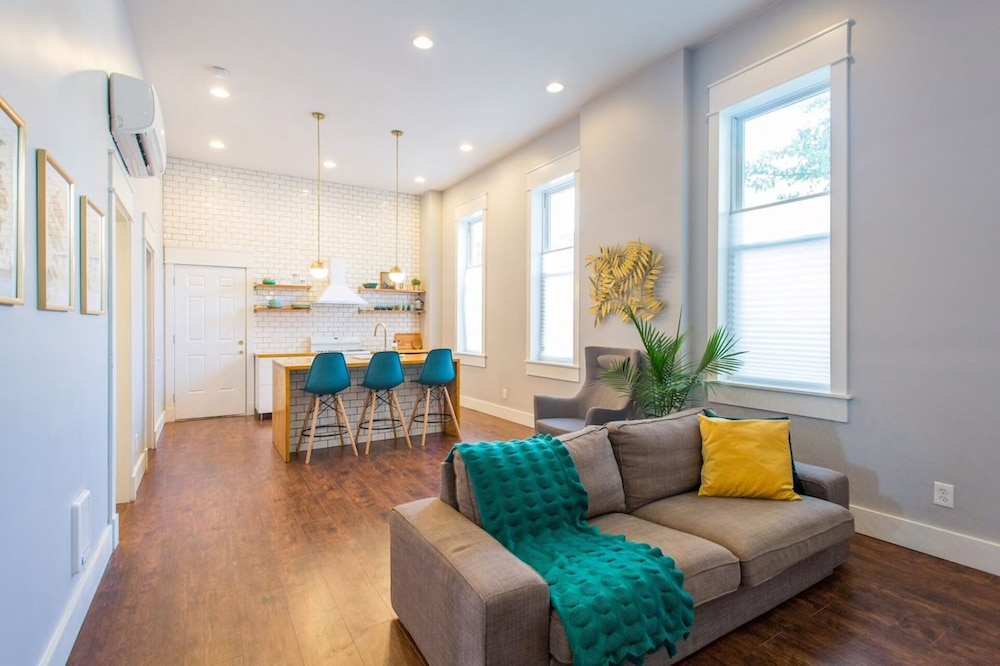 Enjoyable Charming 2 Bedroom Apartment Near Downtown In Chicago Il Download Free Architecture Designs Philgrimeyleaguecom