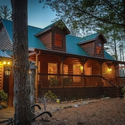 Very Private! 5bed Luxury Lodge-fire Pit, Hot Tub, Media/gameroom, Pet Friendly