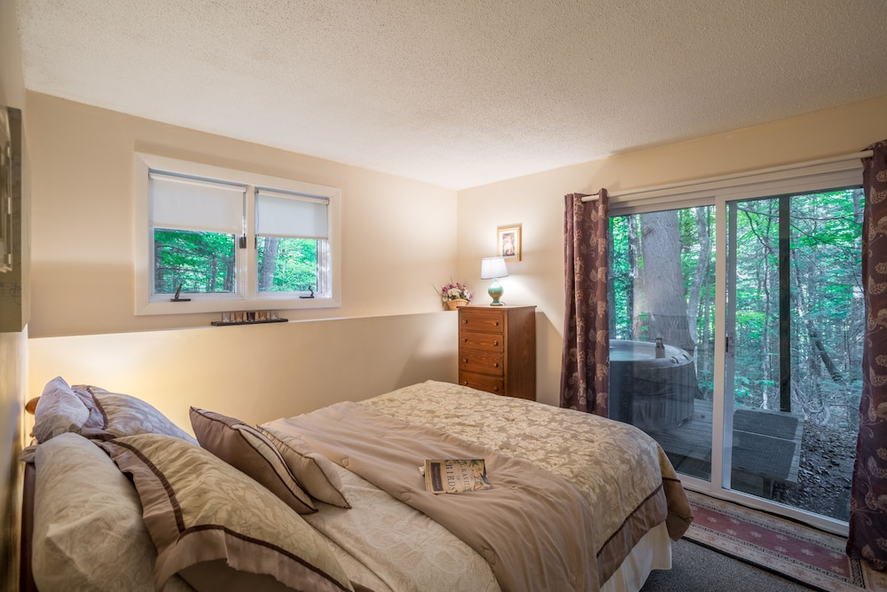 Room, Resort Home With Private hot tub , Fireplace, Pools, Pond, Wifi
