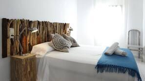 Caja fuerte, tabla de planchar con plancha, wifi y ropa de cama