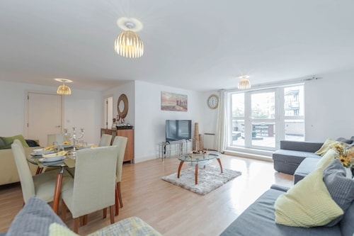 Venus House- Extremely Spacious Apartment Close TO London Excel, UP TO 12 People