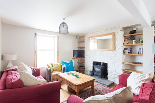 Beautiful House, Woodburner & Garden, Local Pubs, Restaurants & Stunning Beaches