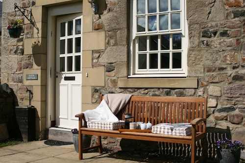 Spacious Stone Cottage, Sleeps 6 With Private Garden. Short Walk to the Beach
