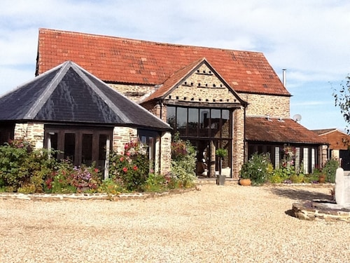 Elegantly Furnished Former Barn in Quiet Rural Spot, South Cotswolds