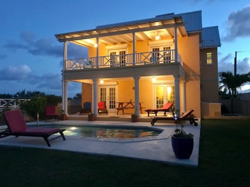 Private with Pool, Gorgeous Seaviews & Short Walk To Beach