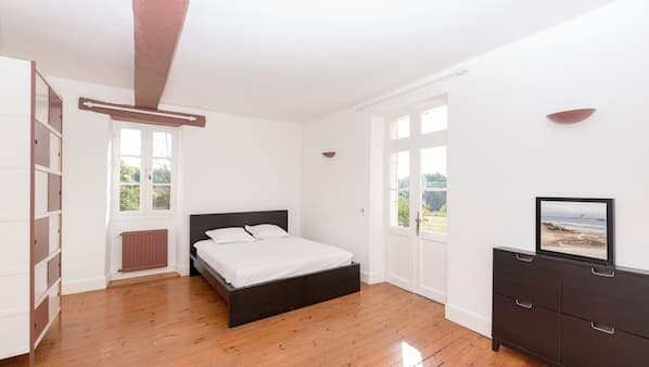 14 bedrooms, iron/ironing board, bed sheets, wheelchair access