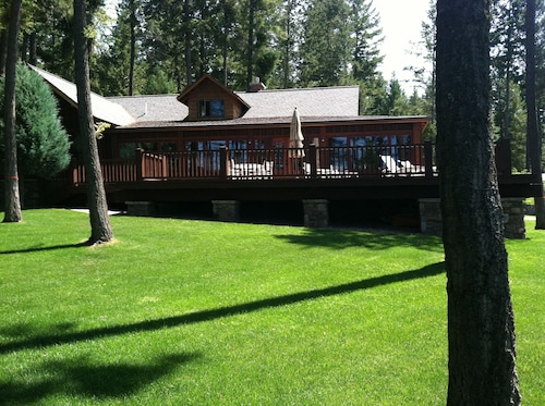 Fabulous Lakefront Property on Rocky Point! Classic Cabin With Every Amenity!