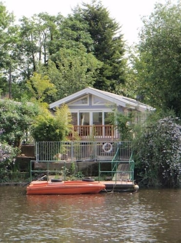 Fabulous Riverside Boathouse on the River Thames in London