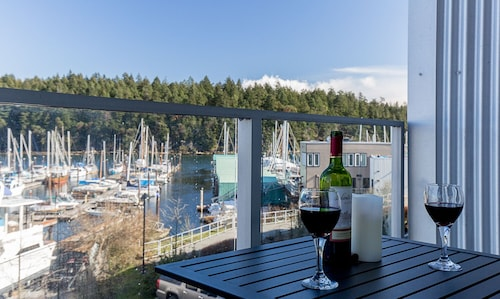 Oceanfront Suite - Just Minutes Away From Downtown Nanaimo! Special Offers