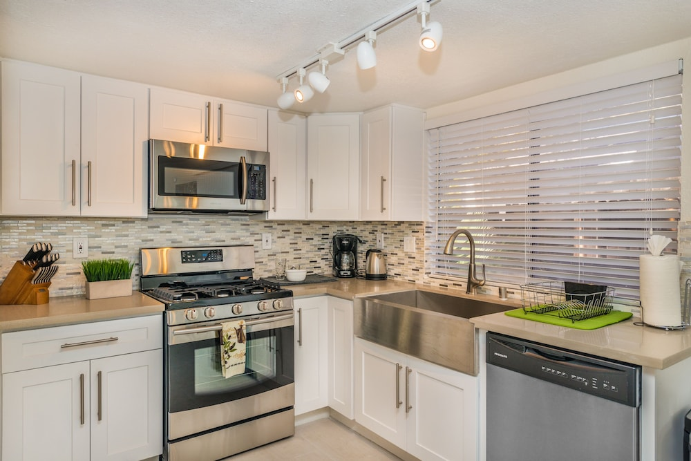 Private Kitchen, 3 Bedroom Townhouse by the Strip