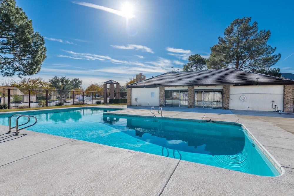 Pool, 3 Bedroom Townhouse by the Strip