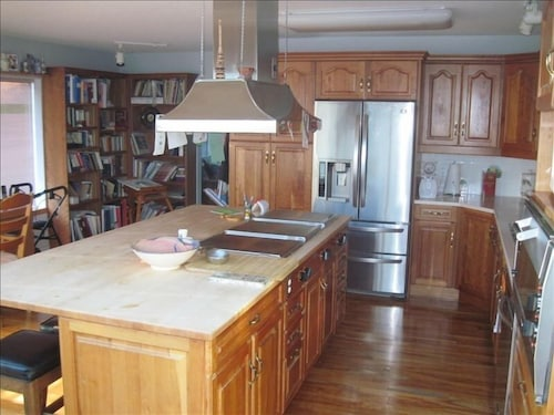 Private Kitchen, Spectacular Amazing Blue Dolphin Walk-on Waterfront Family Home Away From Home