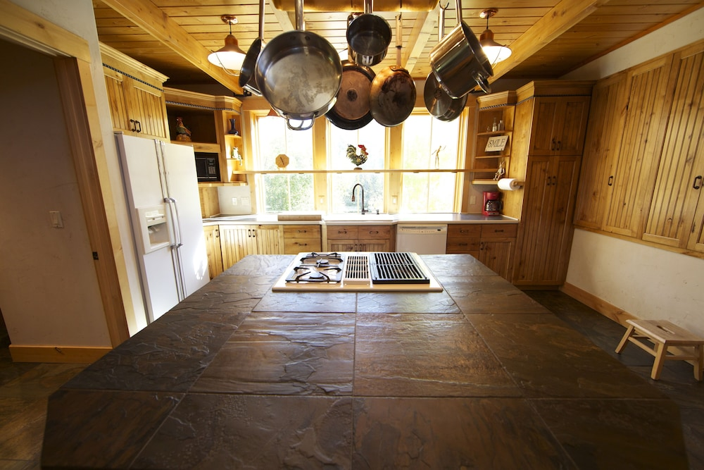 Private Kitchen, Canyon Lodge- - 8 Acres - Sleeps 10