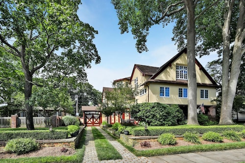 3 blk to Beach! Renovated Tudor + Carriage House, Multi-family Hot Tub Nursery
