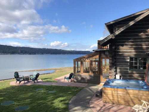 Waterfront Log Home, Solarium & Hot Tub, Kayaks, Close to Seattle & Olympic Mtns