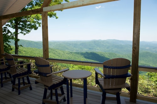 Ridge Top Cottage Long Views, Large Deck. Near Parkway, Primland & Morrisette