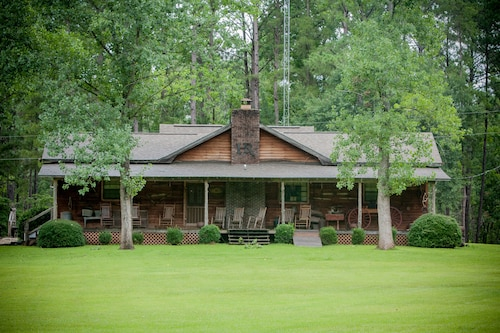 Hawkins Ridge Lodge - Enjoy the Southern Comfort Living With a Private Lake