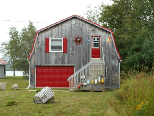 Waterfront Tree House Cottage on the River C$135 10 min to Town.pet Friendly
