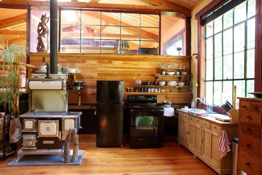 Private Kitchen, Rustic. Artistic. Island Living. The Perfect Relaxing get Away