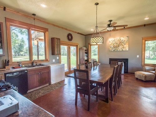 Great Place to stay Rural and Spacious! Large Kitchen, Ample Parking & Great Views near Anderson