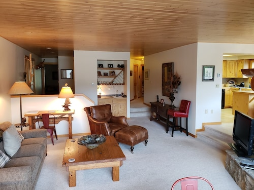 Ski In/ski Out, 3 Br/3ba Condo, Hot Tub, Fireplace in Big Sky Mountain Village