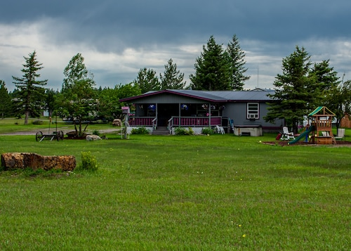 A Perfect Getaway Within 3 Acres- Beautiful Mountain Views & Glacier Park Nearby