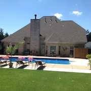 Private 5BR Luxury Poolhouse Retreat Near Beale, Graceland and Tunica Casinos