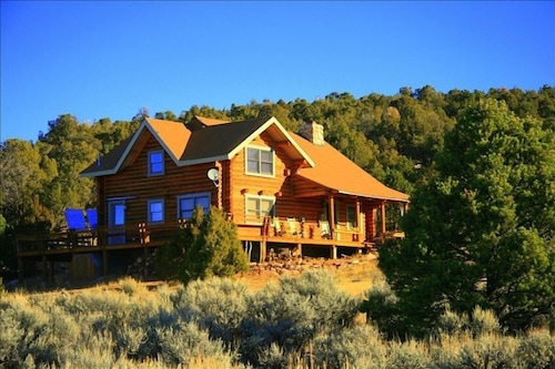Cabin Overlooks Moab and Appeals to Folks Wanting to Experience Peace & Quiet