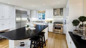 Microondas, lavavajillas, cafetera o tetera y utensilios de cocina