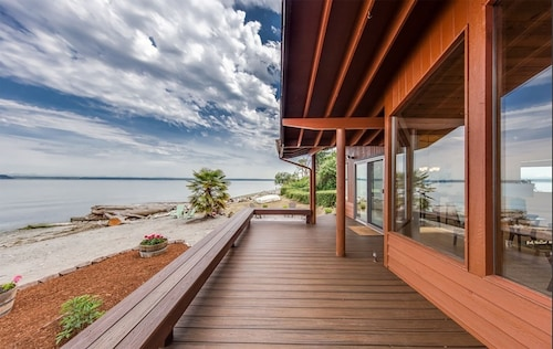 Enjoy a Slice of Heaven on This Beautiful No-bank Waterfront