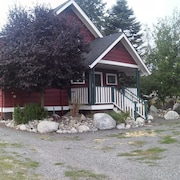 Vintage Island Home 2 Blocks From Town. 4 Bdrs, 2 Kitchens, 3 Bath. Can Sleep 14