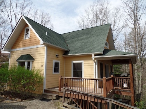 Newer Home With Mountain Views 15 Mins to Downtown Asheville
