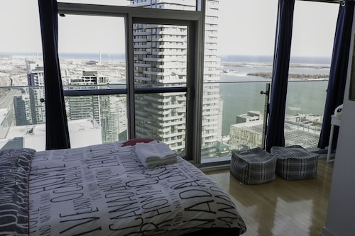50th+ Floor Lake View Condo Beside CN Tower