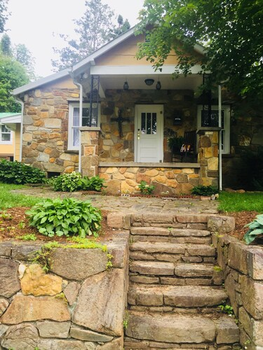 Great Place to stay Ollieblake Rock Cottage 30 Mins From Tryon and Asheville near Zirconia