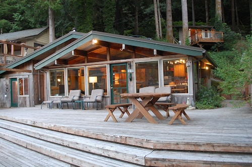 Cozy Lakefront Cabin With Bonus 'tree House' - A Place to Unwind