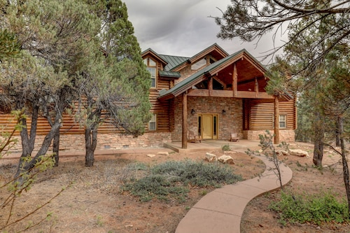 Authentic log Cabin on the Canyon Ridge, Walking Distance to Ponderosa Resort