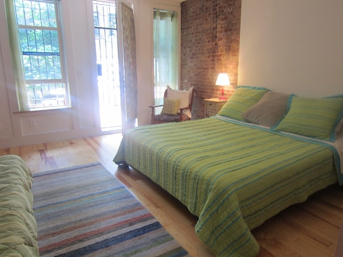 Charming and Spacious Garden Apt. 2 Stops From Midtown!