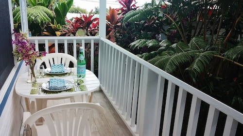 Hilo Town~ultra Private Gated Botonical Garden Cottage w Koi Pond
