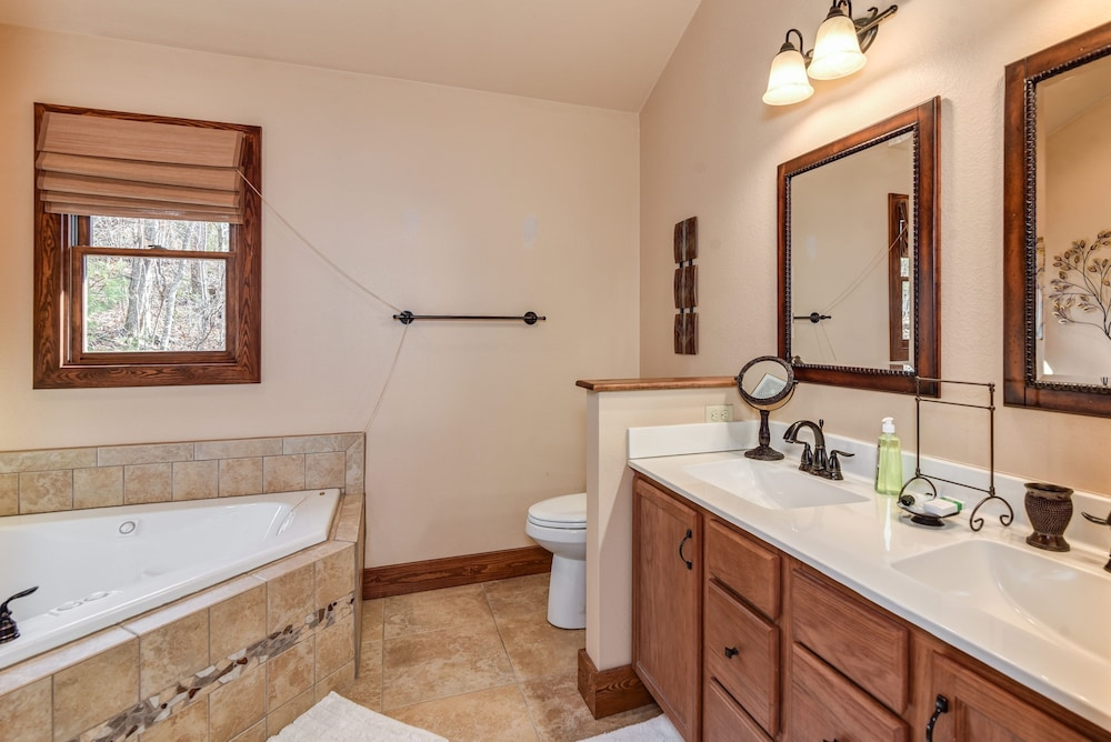 Bathroom, Incredible 5 Star Luxury Cabin, Family Friendly, pet Friendly, Close TO Downtown