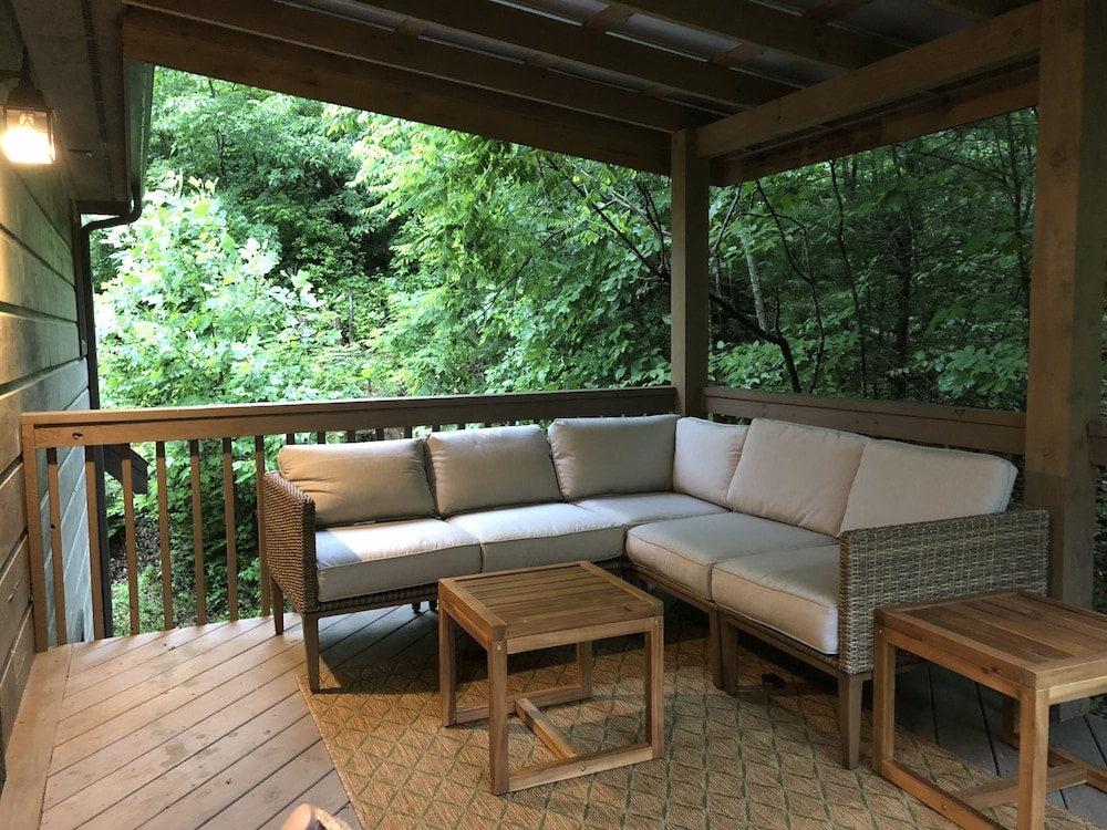 Balcony, Incredible 5 Star Luxury Cabin, Family Friendly, pet Friendly, Close TO Downtown