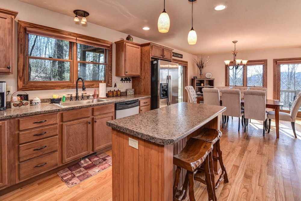 Private Kitchen, Incredible 5 Star Luxury Cabin, Family Friendly, pet Friendly, Close TO Downtown