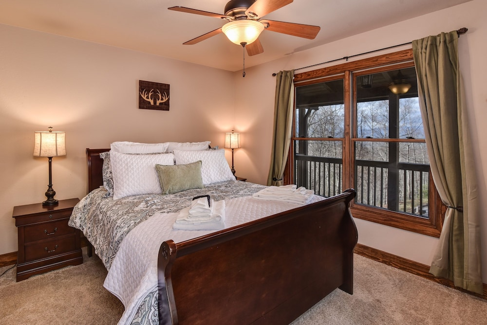 Room, Incredible 5 Star Luxury Cabin, Family Friendly, pet Friendly, Close TO Downtown