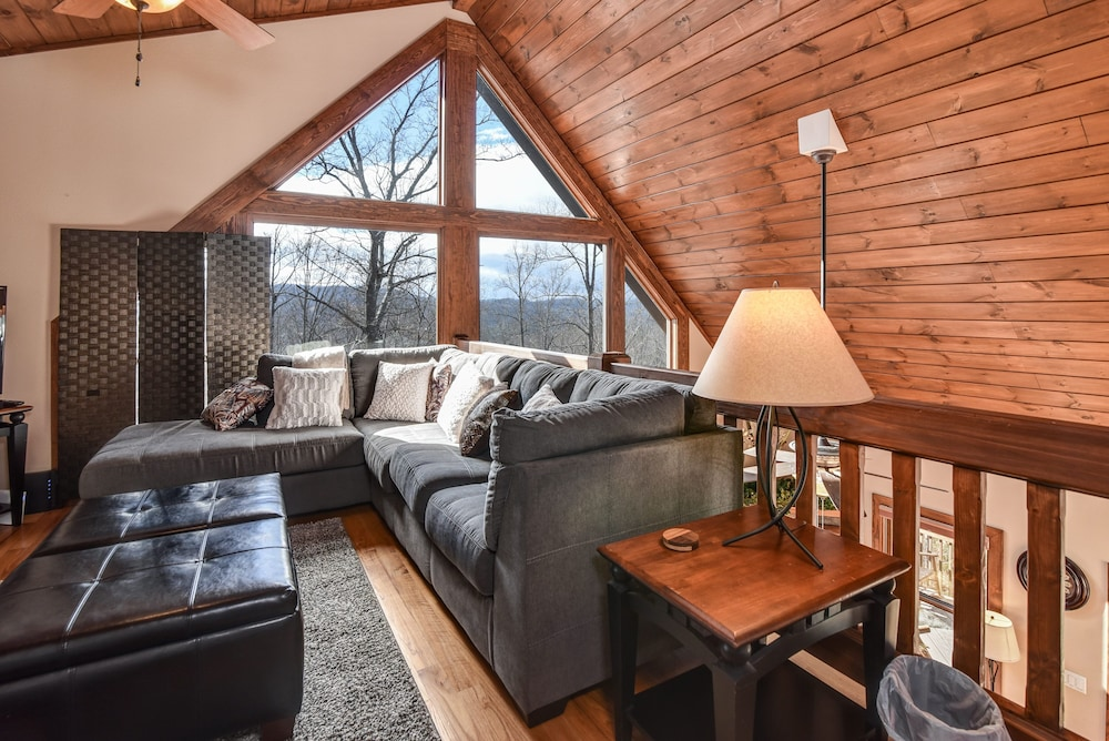 Living Room, Incredible 5 Star Luxury Cabin, Family Friendly, pet Friendly, Close TO Downtown