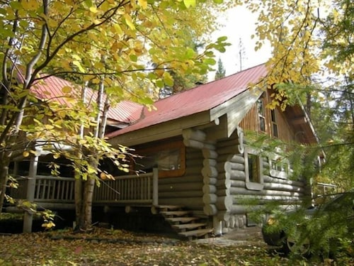 Escape From Urban Madness in a Beautiful log Cabin on Canim Lake