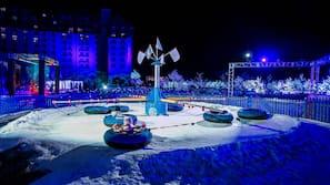실내 수영장, 시즌별로 운영되는 야외 수영장, 08:00 ~ 21:00 오픈, 카바나(요금 별도), 일광욕 의자